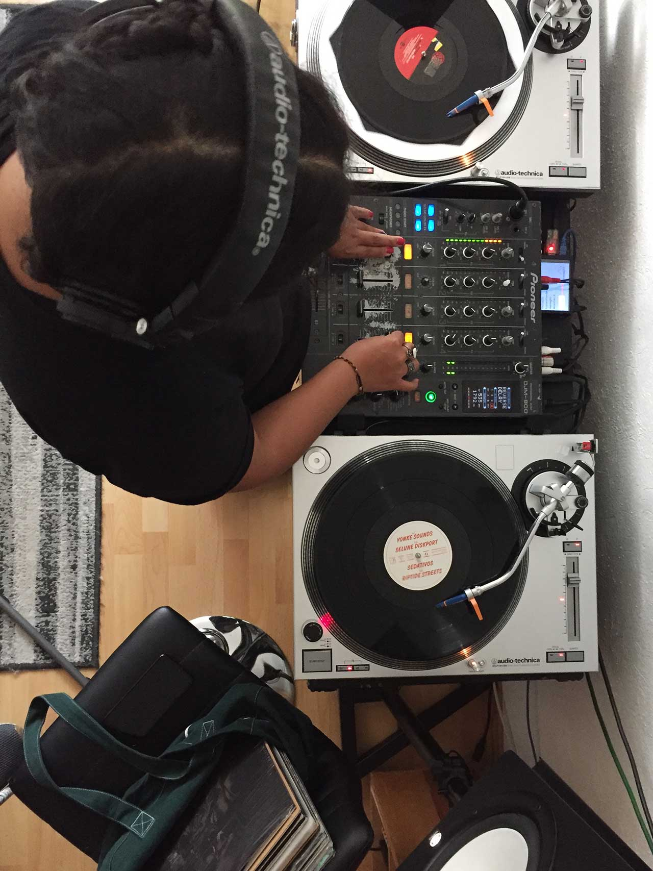 dj-invitada-movelike-radio gallery item
