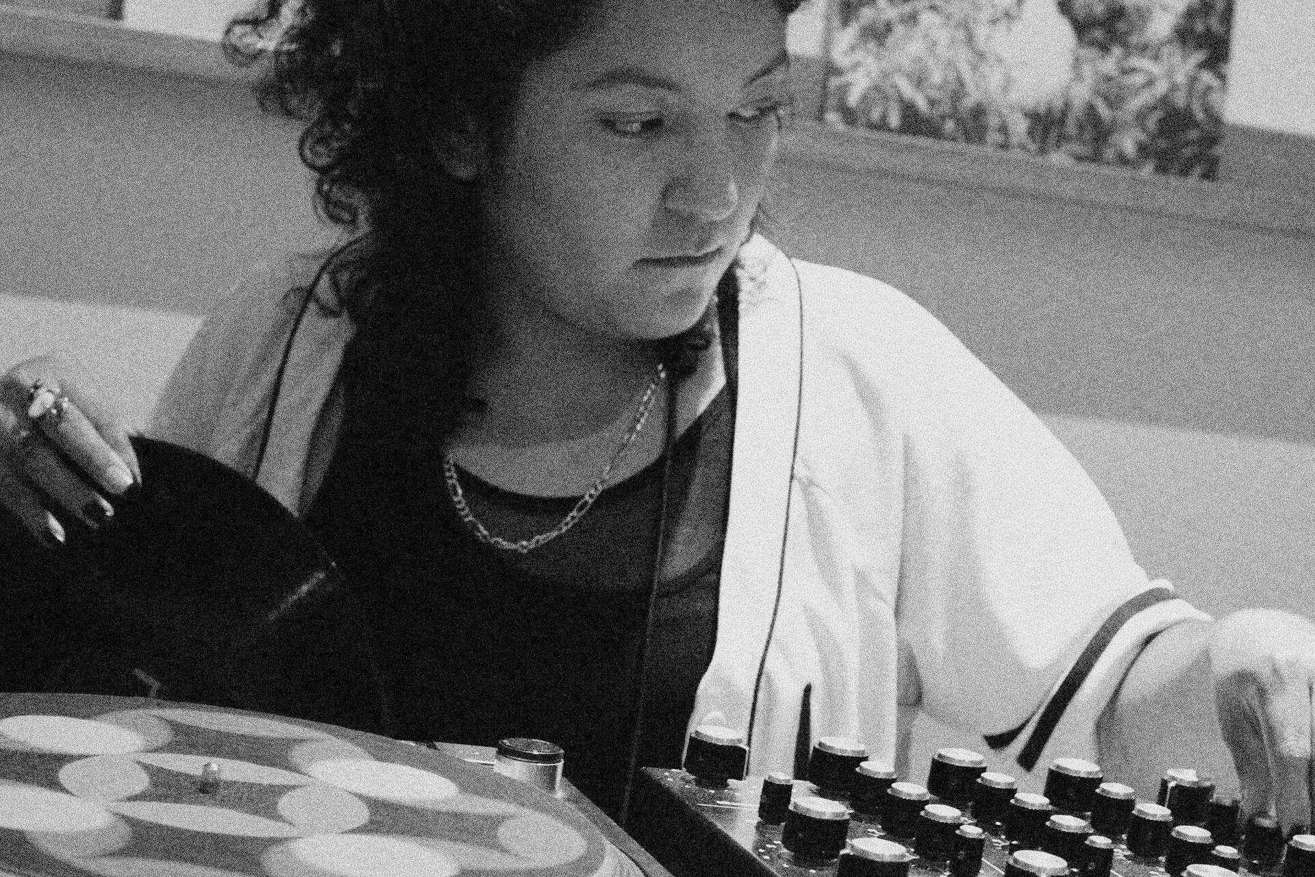 DJ-Invitada-at-Yu-Yu-Recordshop-03-MOVELIKE© gallery item